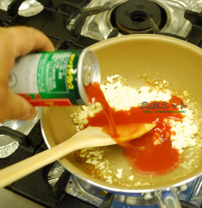 トマトジュースを加える